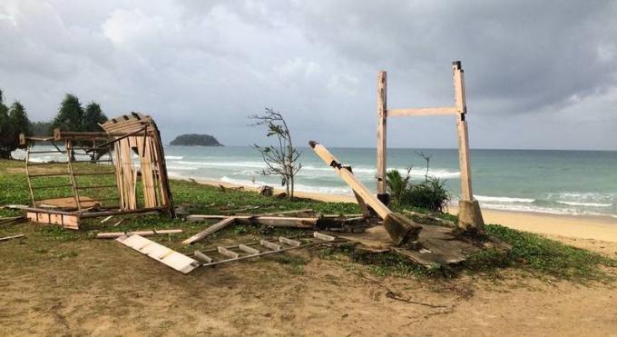 Vents et pluies sur Phuket provoquent la destruction d'une tour de surveillance