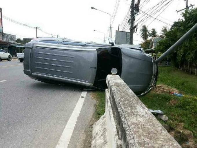 Une voiture se retourne sur la route quand la conductrice s'est déportée pour éviter un chien