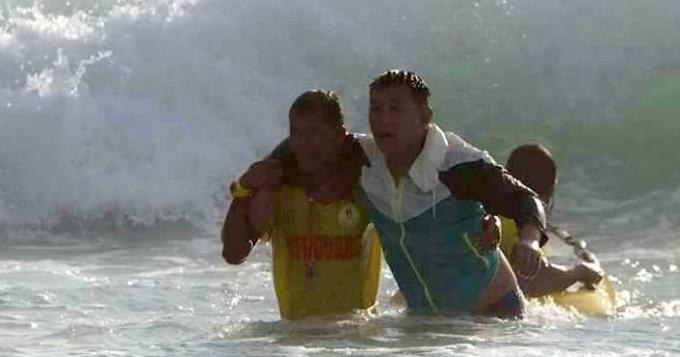 Les sauveteurs sauvent un touriste chinois d'une mer déchainée et mettent en garde les baigneurs