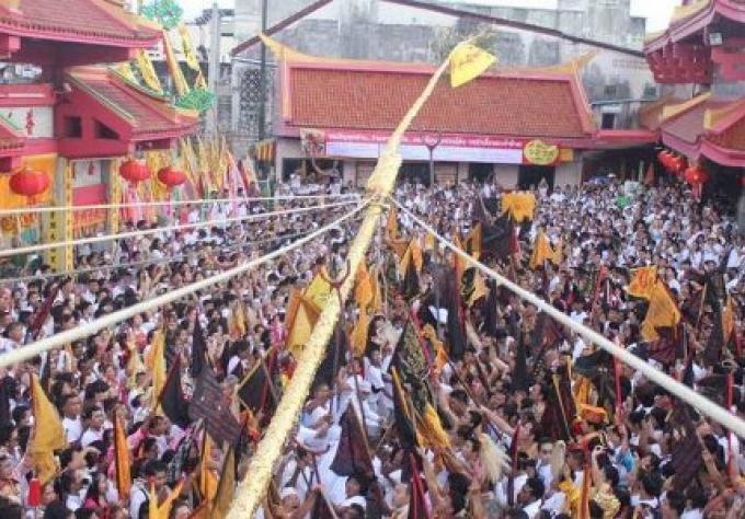 Phuket Vegetarian Festival commence par l'élevage rituel des ''Lanterns Poles''