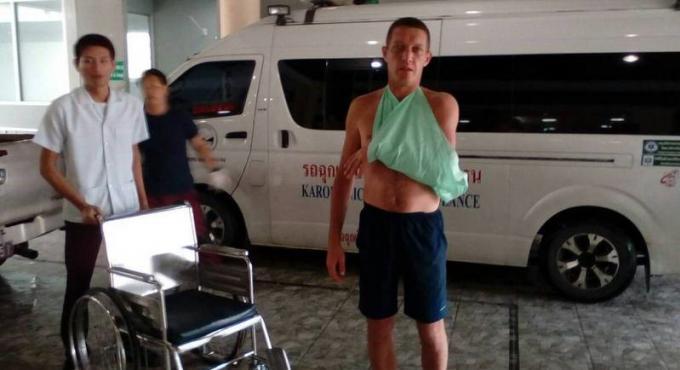 Les sauveteurs de Phuket sauvent un touriste russe pris au piège des vagues qui le fracassaient con