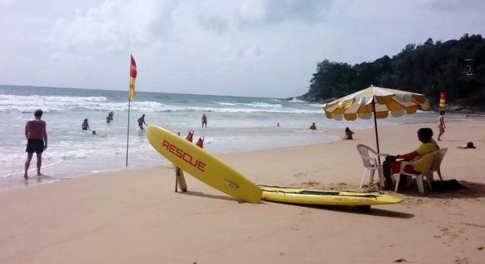 La menace des 'Galères Portugaises' sur les plages de Phuket diminue, mais la prudence reste de