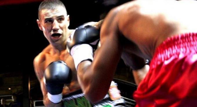 Le boxeur irlandais John Hutchinson organise un terrible Punch-A-Thon pour permettre à Rory de marc