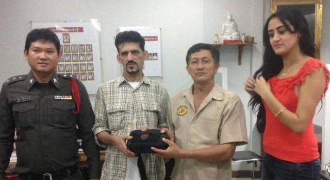 Un taxi rend un portefeuille contenant 300,000 baths cash au couple de touristes qui l'a perdu