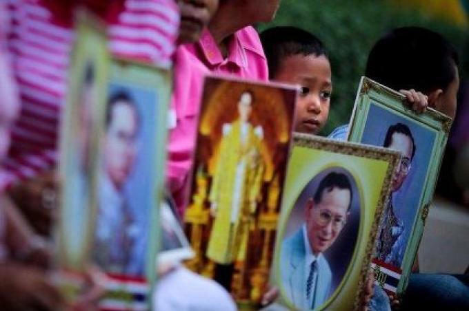 Les thaïlandais à l'échelle nationale porte du rose pour sa Majesté