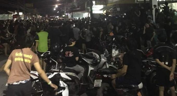Un homme accusé de lèse-majesté après un post douteux est sauvé de la foule en colère