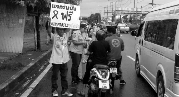 Les secouristes de Phuket offrent des rubans noirs aux habitants en deuil