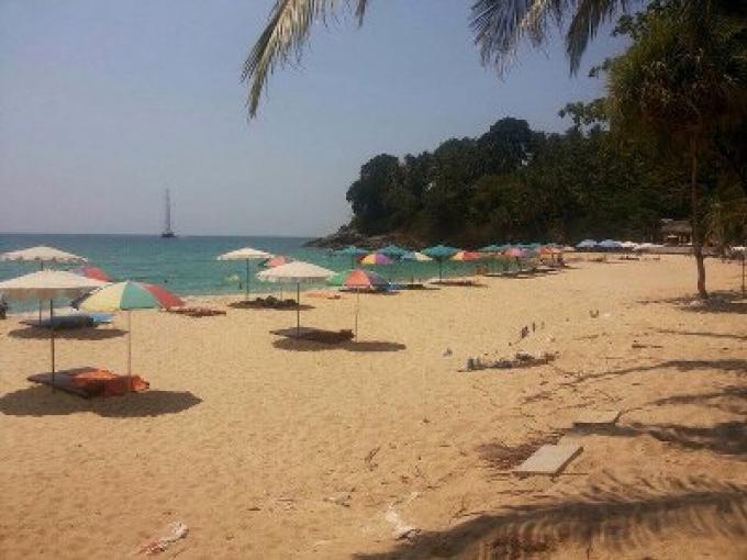 Parasols, chaises longues saisies par le raid sur des plages de Phuket