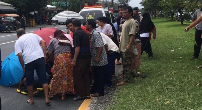 Un piéton meurt en traversant Thepkrassattri Rd