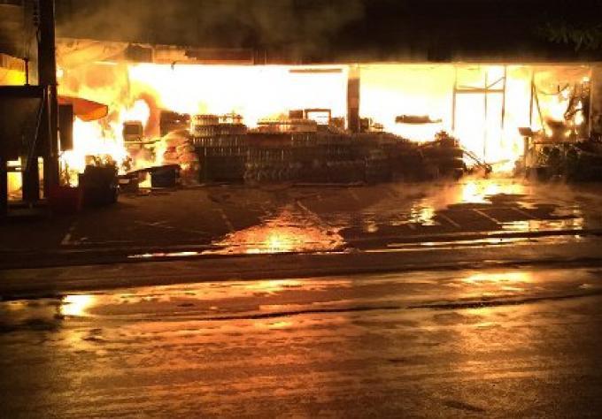 Le magasin Super Cheap à Phuket Villa 5, a brûlé tôt ce matin, avec des dégâts estimés à plu