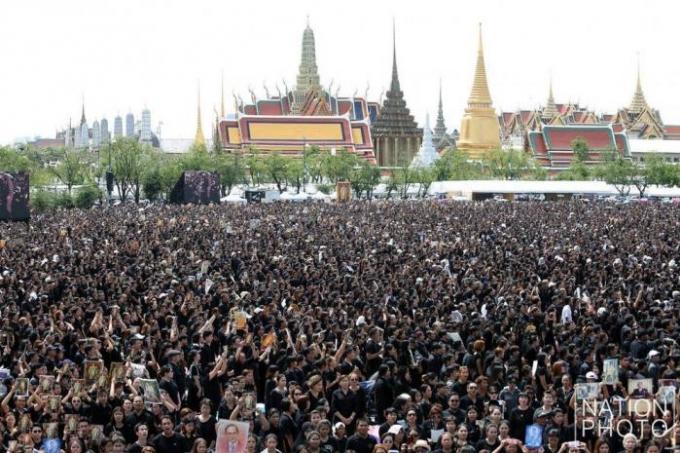 La foule a empli Sanam Luang pour un enregistrement live de l'hymne royal