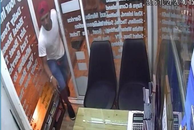 Le voleur de sac, filmé par la camera, continue de nier