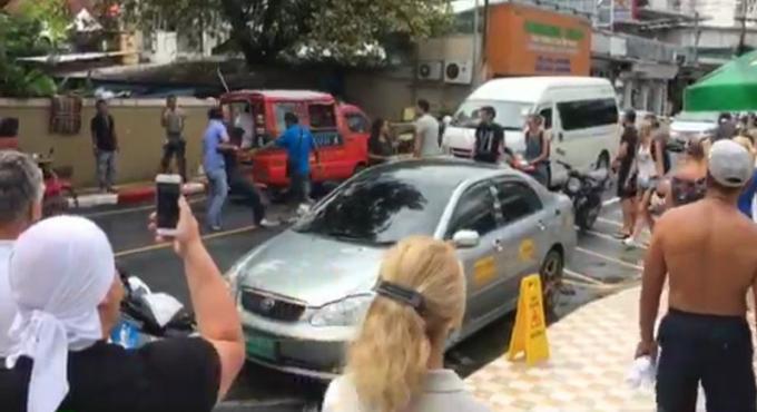 Thaïs et russes inculpés d'agression après la bagarre de rue entre taxis et motards