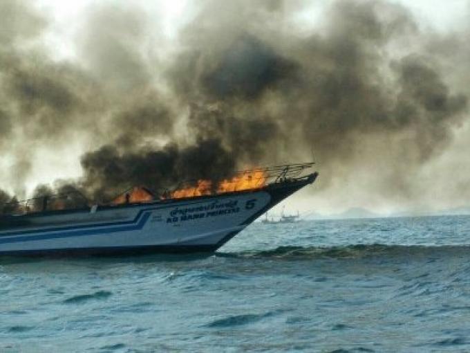 Un ferry brule prés de Phuket