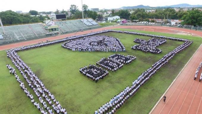 Des milliers d'étudiants rendent hommage à Sa Majesté le Roi Bhumibol
