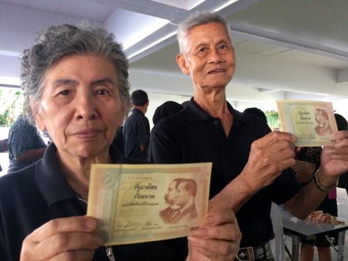 Phuket fait la queue depuis l'aube pour obtenir un billet commémoratif à l'effigie de Sa Majes