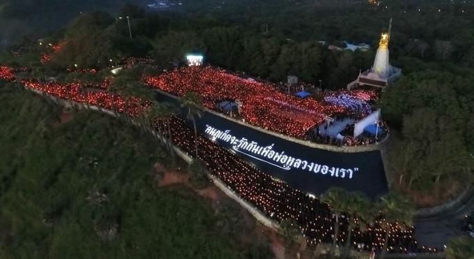 Des dizaines de milliers de personnes ont rendu hommage à Sa Majesté samedi au Promthep Cape