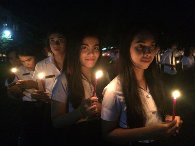 Plus d'un millier d'étudiants se joignent à une veillée de deuil au clair de la Super Lune