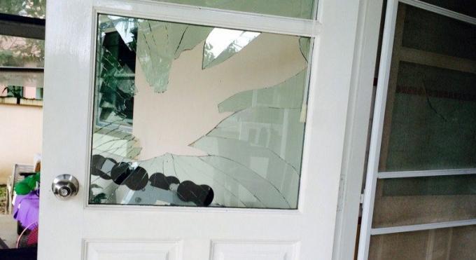 Un expat danois se vide de son sang en brisant une vitre pour rentrer chez lui