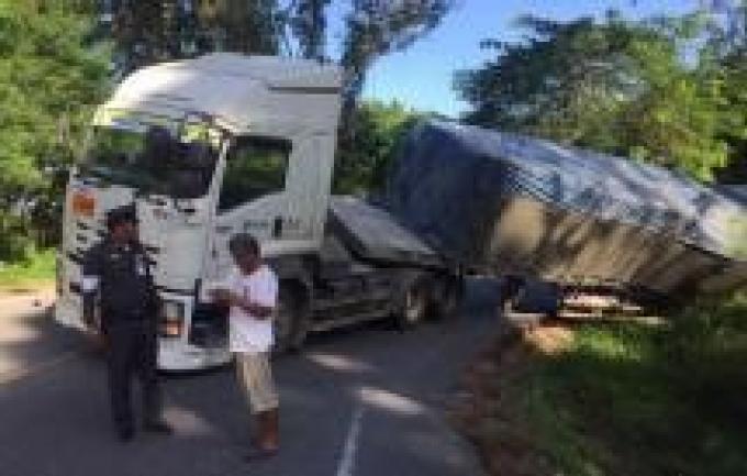 Un camion bloque la route entre Surin et Kamala