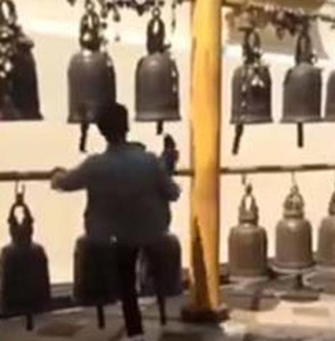 Un coup de pied dans une cloche au Wat Phra That Doi Suthep Chiang Mai