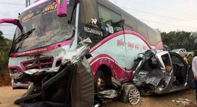 Un mort dans la collision entre un car Phuket-Phatthalung et un pickup