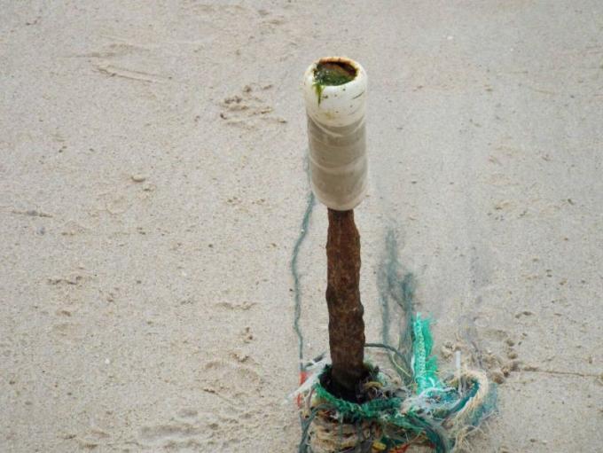 Les officiels réfléchissent aux moyens de retirer des barres d'acier rouillé plantées dans le