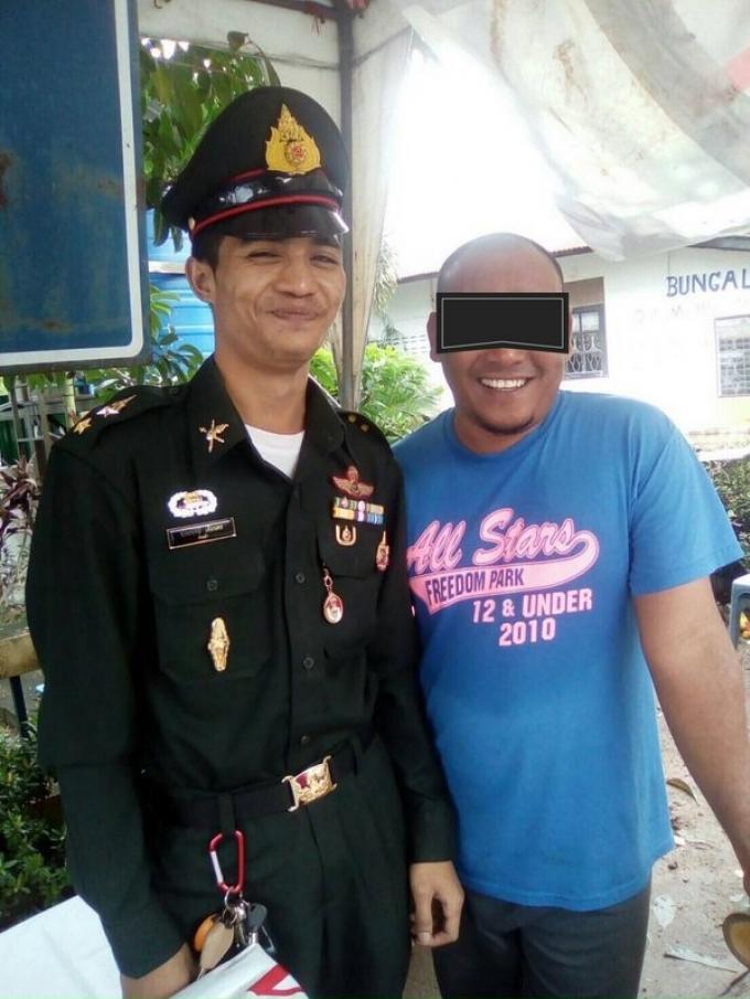 Il se fait passer pour un officier de l'armée