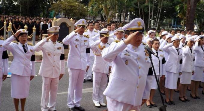 Des milliers chantent et prêtent serment en l'honneur de la Famille Royale