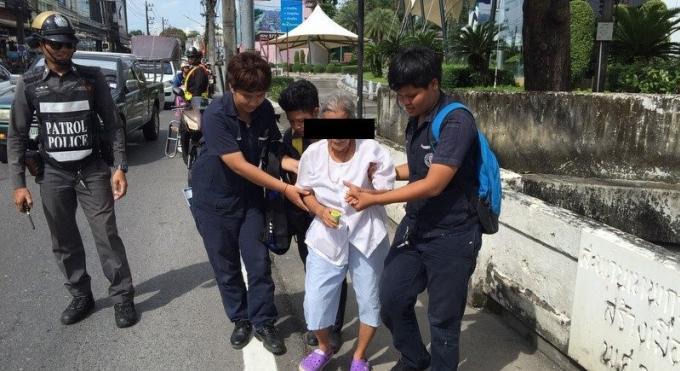 Insultée et maltraitée par son fils, une femme de 70 ans veut sauter du pont, la police l'en emp