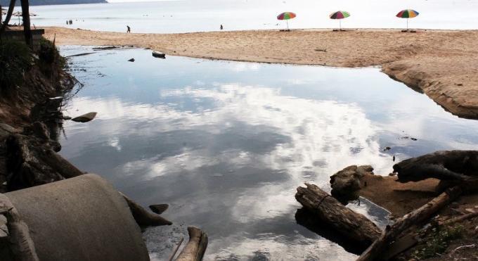 Des eaux usées s'écoulent sur Surin Beach