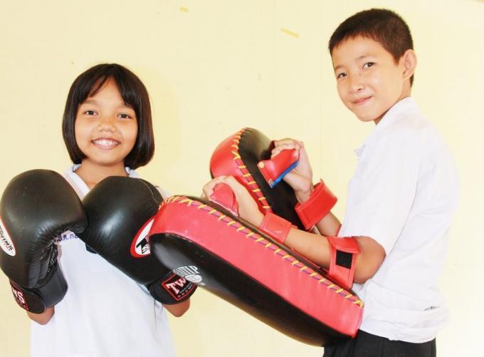 Des gants et des paillettes a l'Outrigger pour le 'Black Tie Muay Thai'