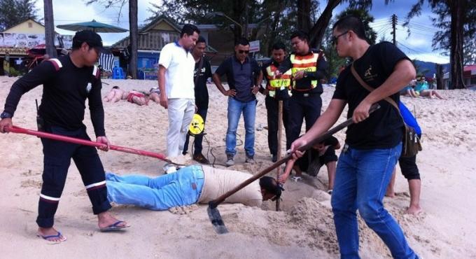 Sept barres de fer rouillées enfin retirées d'une plage à Phuket