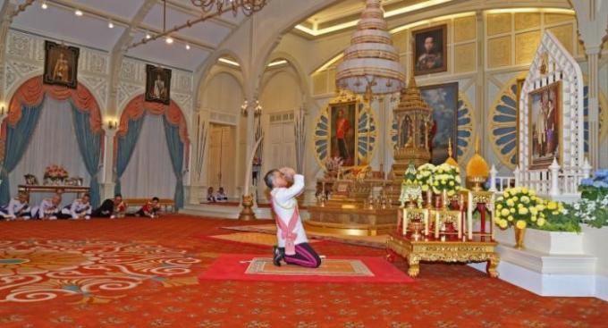 Vive le Roi Rama X