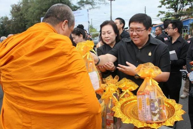 Phuket pédale par milliers en l'honneur du Roi Bhumibol