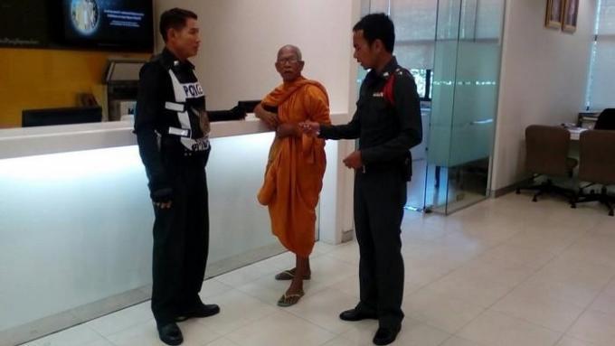 Un moine exige que la banque lui rende son argent 'disparu'