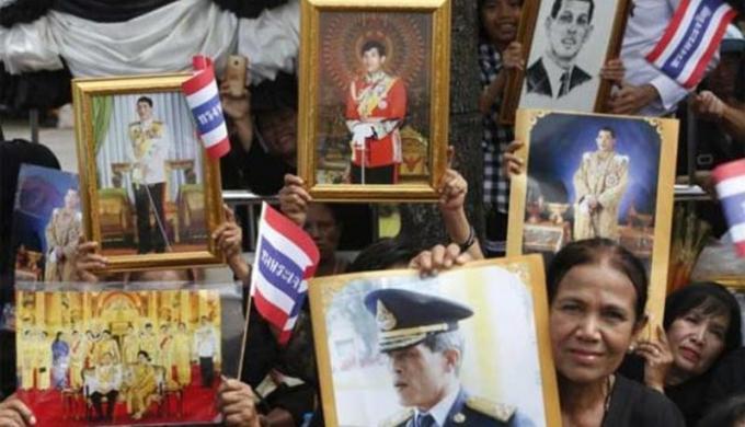 Une foule accueille Sa Majesté a Krabi