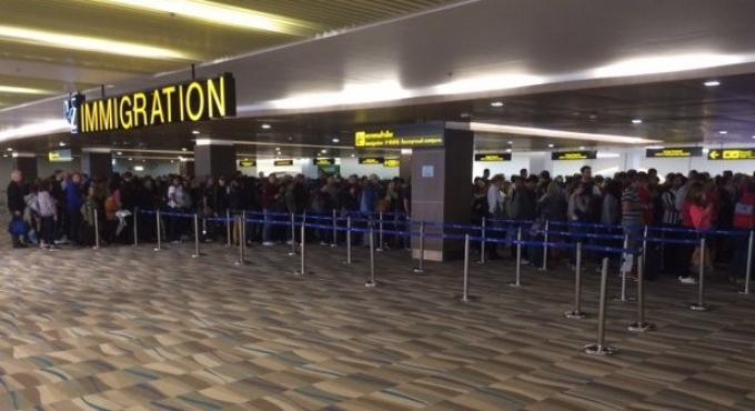 Prenez un ticket : L'immigration de l'aéroport toujours prise d'assaut