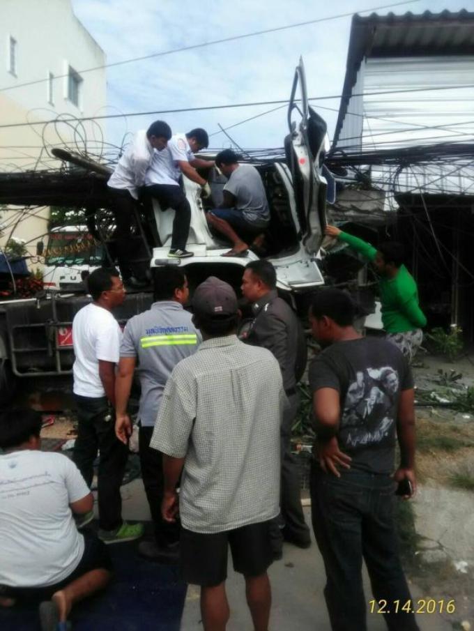 Une collision entre un camion et un pylône électrique fait deux blessés