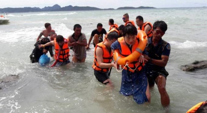 Des touristes chinois sains et saufs après le naufrage de leur bateau dans un orage au large de Phi