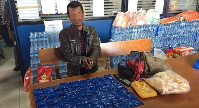 Trois hommes en possession de drogue arrêtés dans un car à Phuket, le chauffeur inculpé de condu
