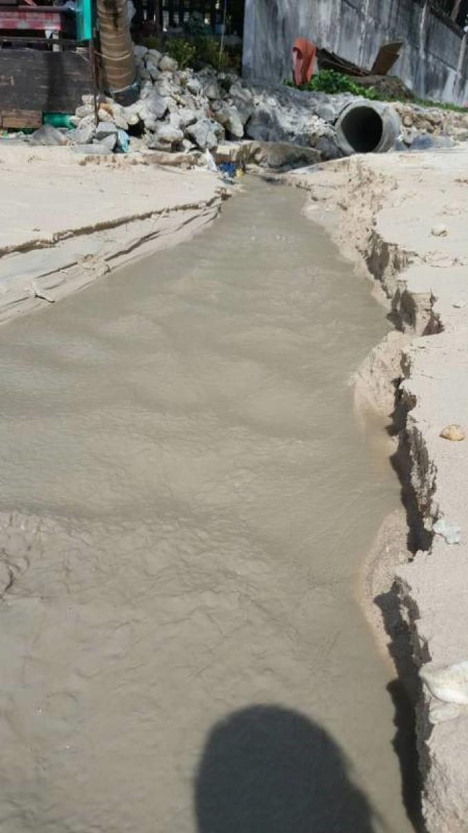 Au sud de Patong, l'eau devient grisâtre