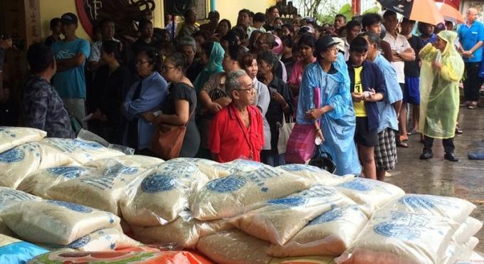 La fondation Kusoldham distribue 9,999 sacs de riz aux habitants de Phuket dans le besoin