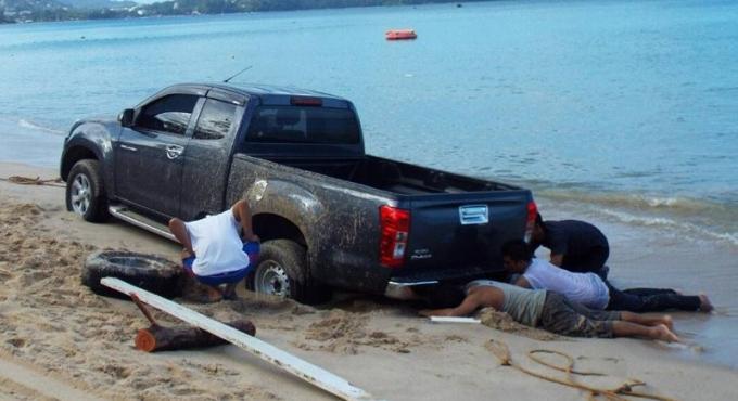 Saoul, son pickup se retrouve enlisé après avoir été pris par la marée