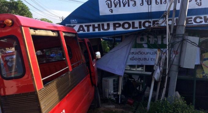 Un chauffeur de tuk-tuk de 81 ans 'défonce' le checkpoint de la police