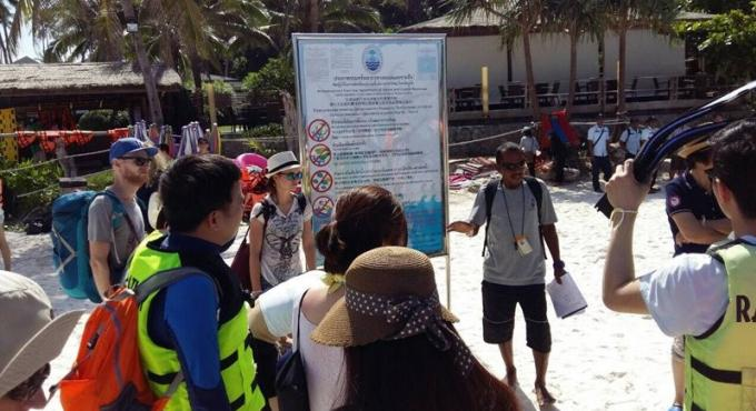 Des panneaux à Racha Yai avertissent les guides et les touristes des conséquences s'ils enfreign
