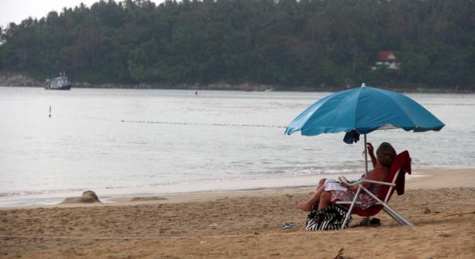 Les touristes sont informés, mais peuvent toujours utiliser les chaises longues sur Kata