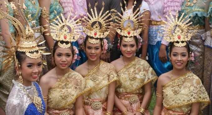 Robes traditionnelles thaïes : Vêtue de la douceur de la soie