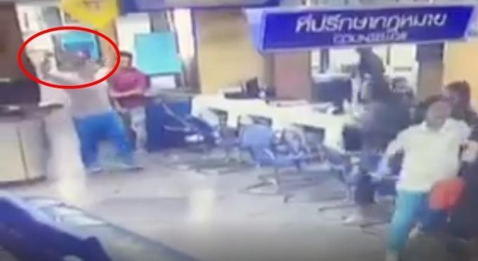 Un étudiant au cœur brisé pénètre dans le poste de police en brandissant un couteau
