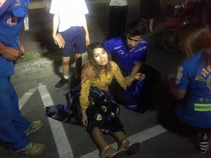 Une femme propulsée dans les airs quand sa jupe s'est prise dans la roue de son scooter